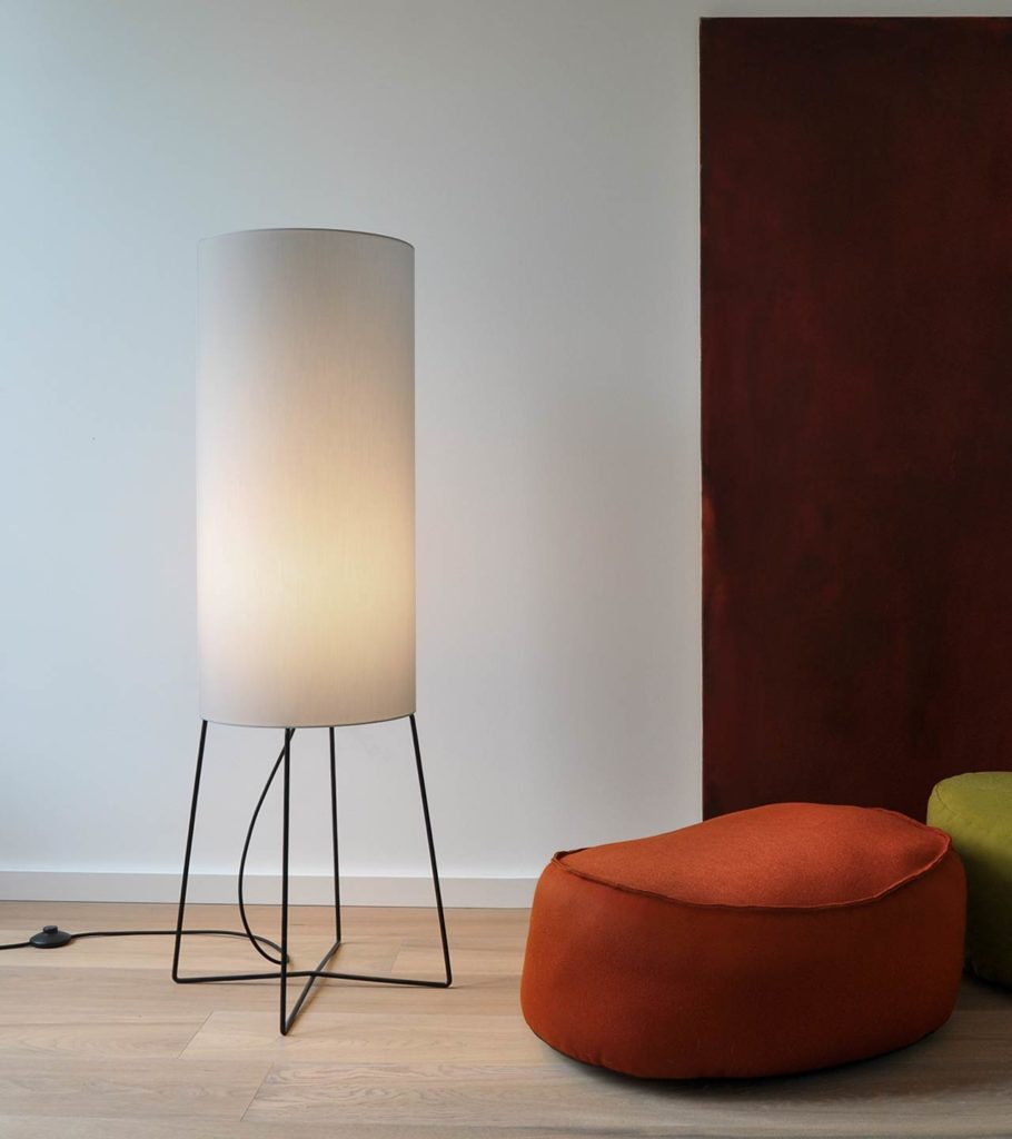 Floor lamp COLUMNs soft light creates a pleasant atmosphere. On the clean black cross foot stands a tall fabric shade which houses a LED module.